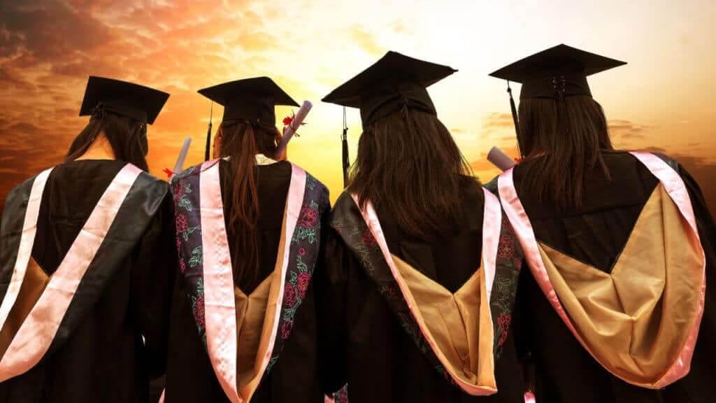 Mujeres graduándose