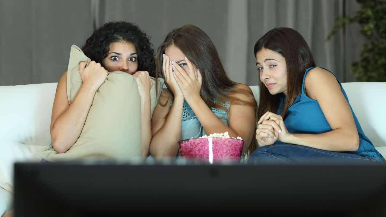 Chicas mirando televisión