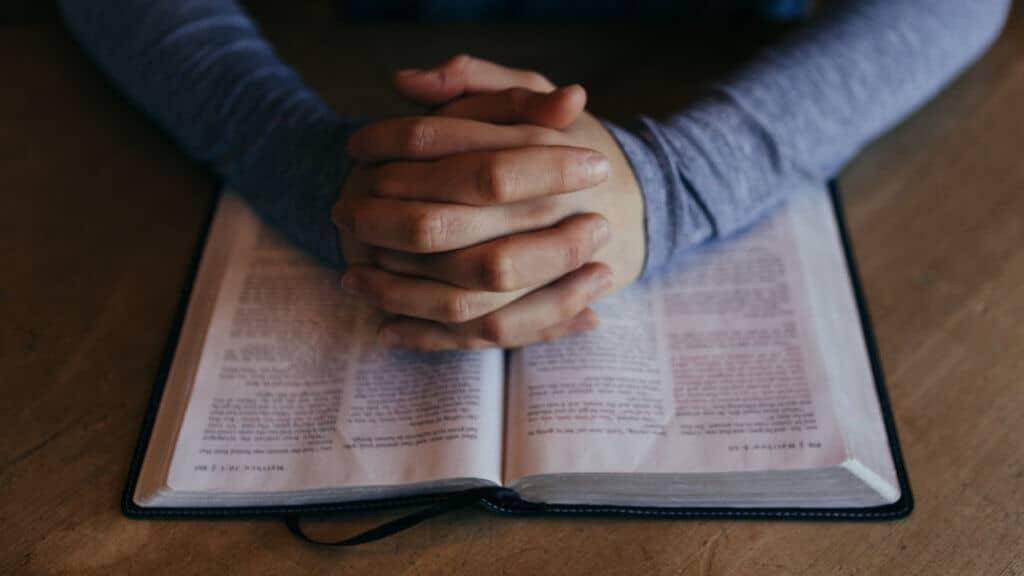 Manos sobre Biblia