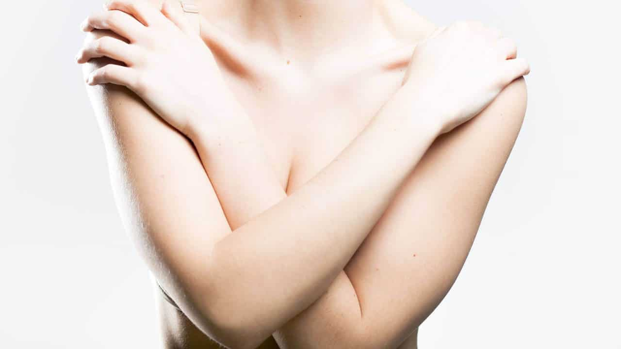 Mujer brazos cruzados