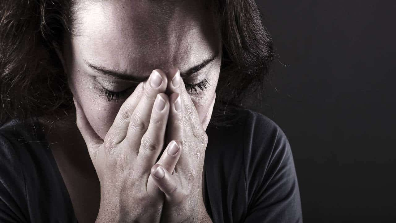 Mujer triste y llorando
