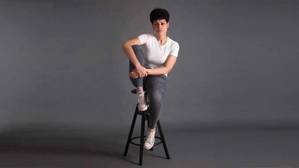 Elaine Féliz sentada
