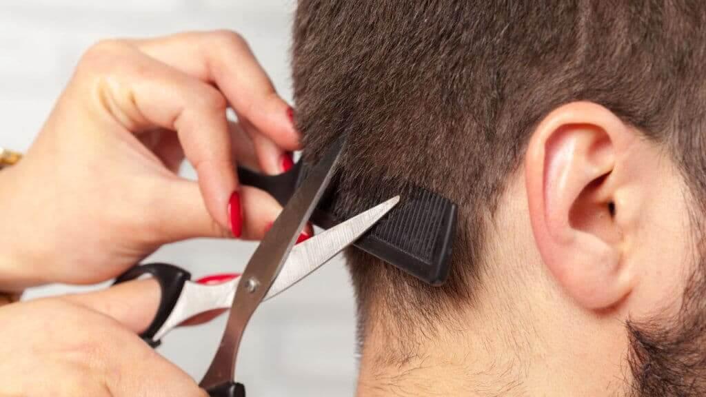 Hombre recortándose el cabelloHombre recortándose el cabello