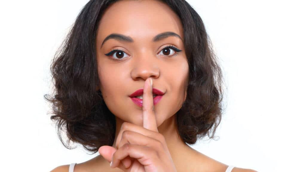 Mujer haciendo silencio