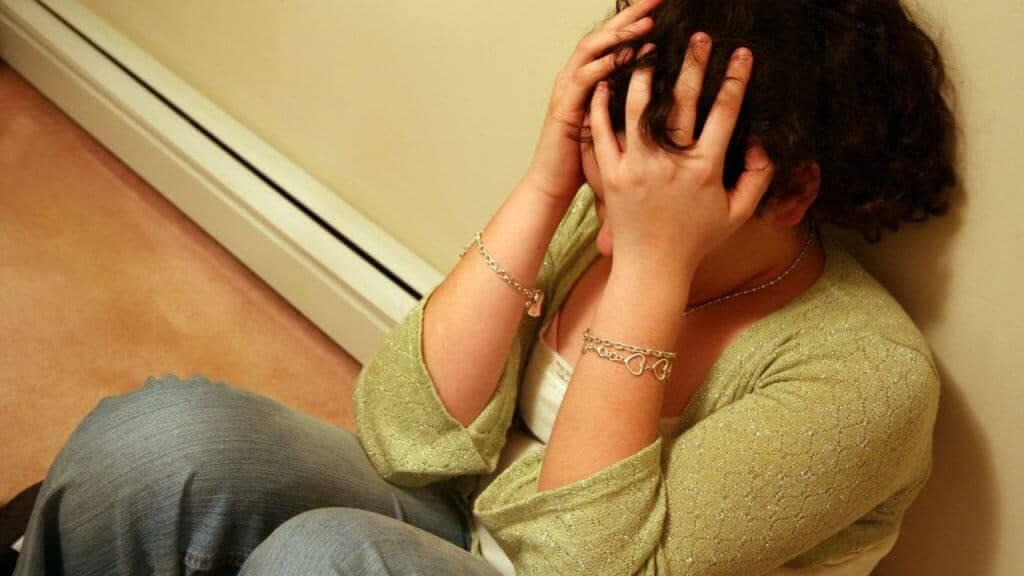Mujer llorando triste