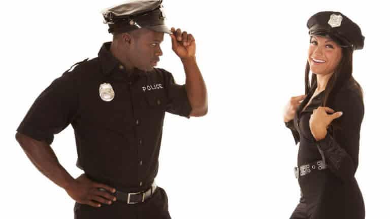 Si no eres virgen no puedes ser policía