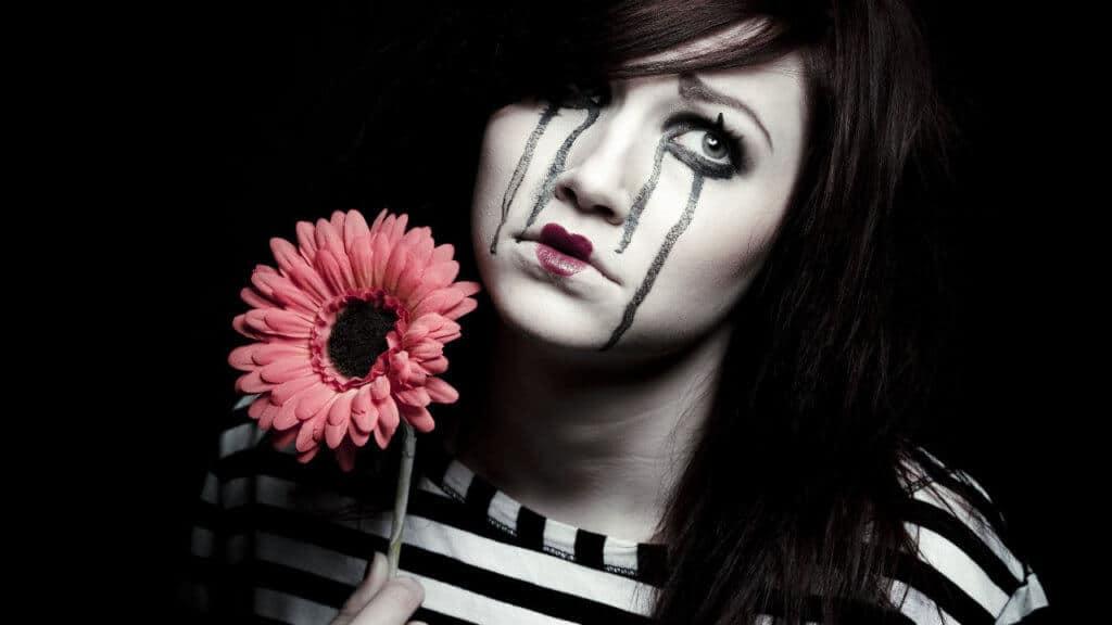 Una mujer payaso triste
