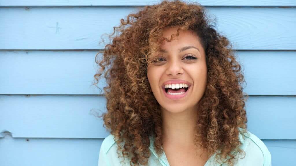 Mujer con pelo rubio sonriendo